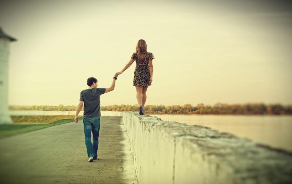 Как взять девушку за руку?